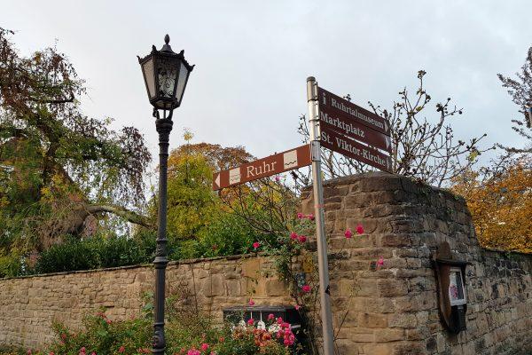 Das Foto zeigt Schilder in der Altstadt von Schwerte
