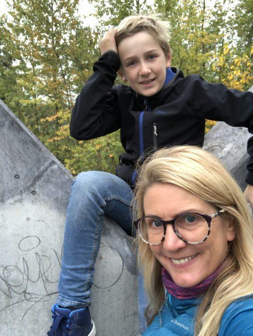 Das Foto zeigt Heike und ihren Sohn auf dem Gelände der Kokerei Zollverein