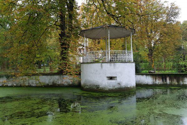 Das Foto zeigt die Garteninsel des Schloss Schwansbell in Lünen