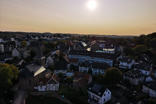 Das Foto zeigt den Ausblick von der Burg Blankenstein in Hattingen auf das Dorf Blankenstein