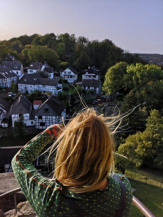 Das Foto zeigt Heike auf der Burg Blankenstein in Hattingen
