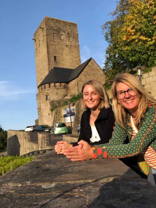 Das Foto zeigt Heike und Katalina an der Burg Blankenstein in Hattingen