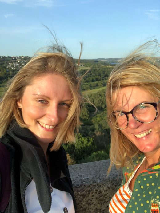 Das Foto zeigt Katalina und Heike auf der Burg Blankenstein in Hattingen