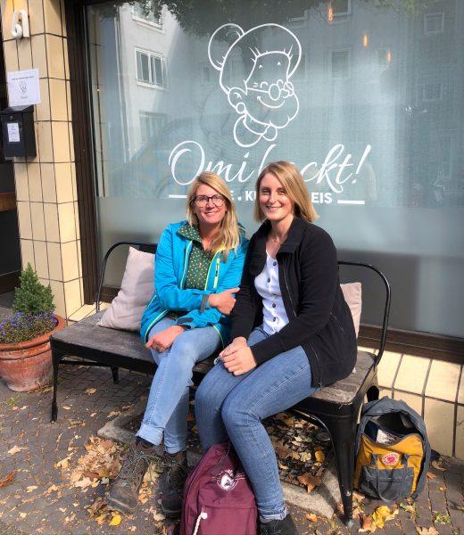 Das Foto zeigt Heike und Katalina vorm Café Omi backt in Bochum
