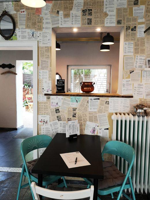 Das Foto zeigt einen Tisch im Café Omi backt in Bochum
