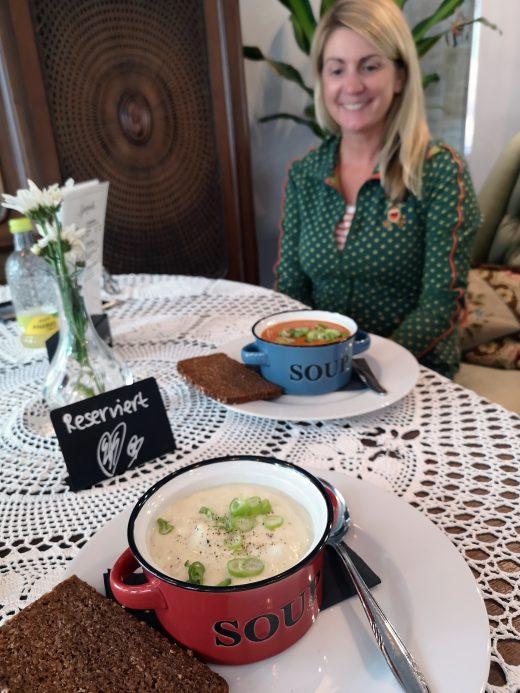 Das Foto zeigt zwei Suppen im Café Omi backt in Bochum