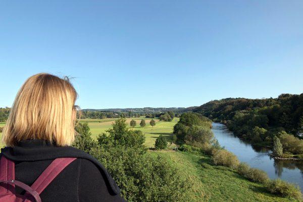Das Foto zeigt Katalina mit Blick auf die Ruhr