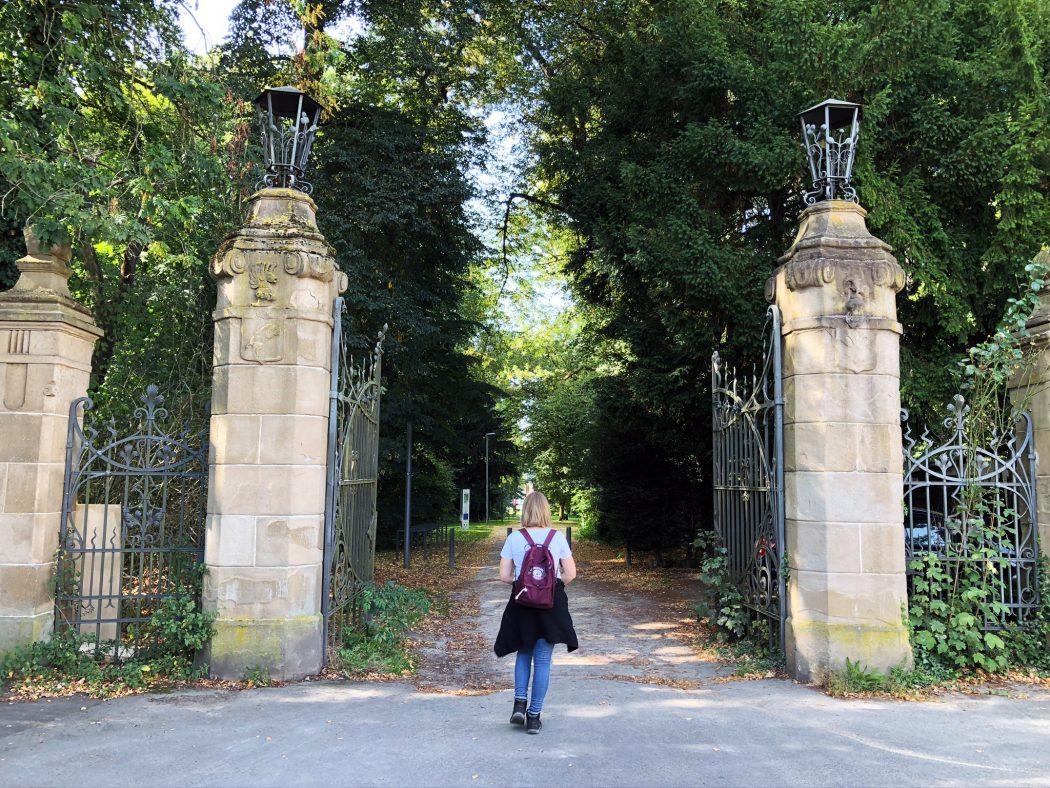 Das Foto zeigt Katalina am Einganz des Schlossparks Weitmar in Bochum