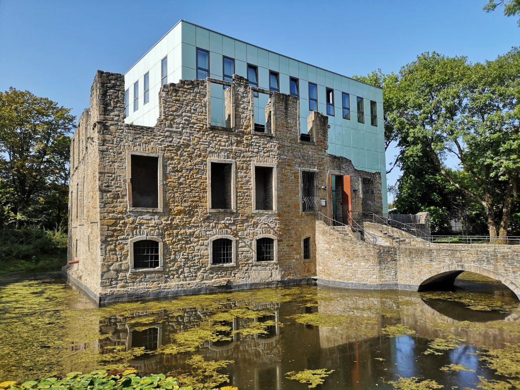 Das Foto zeigt das Schloss Weitmar im Schlosspark Weitmar