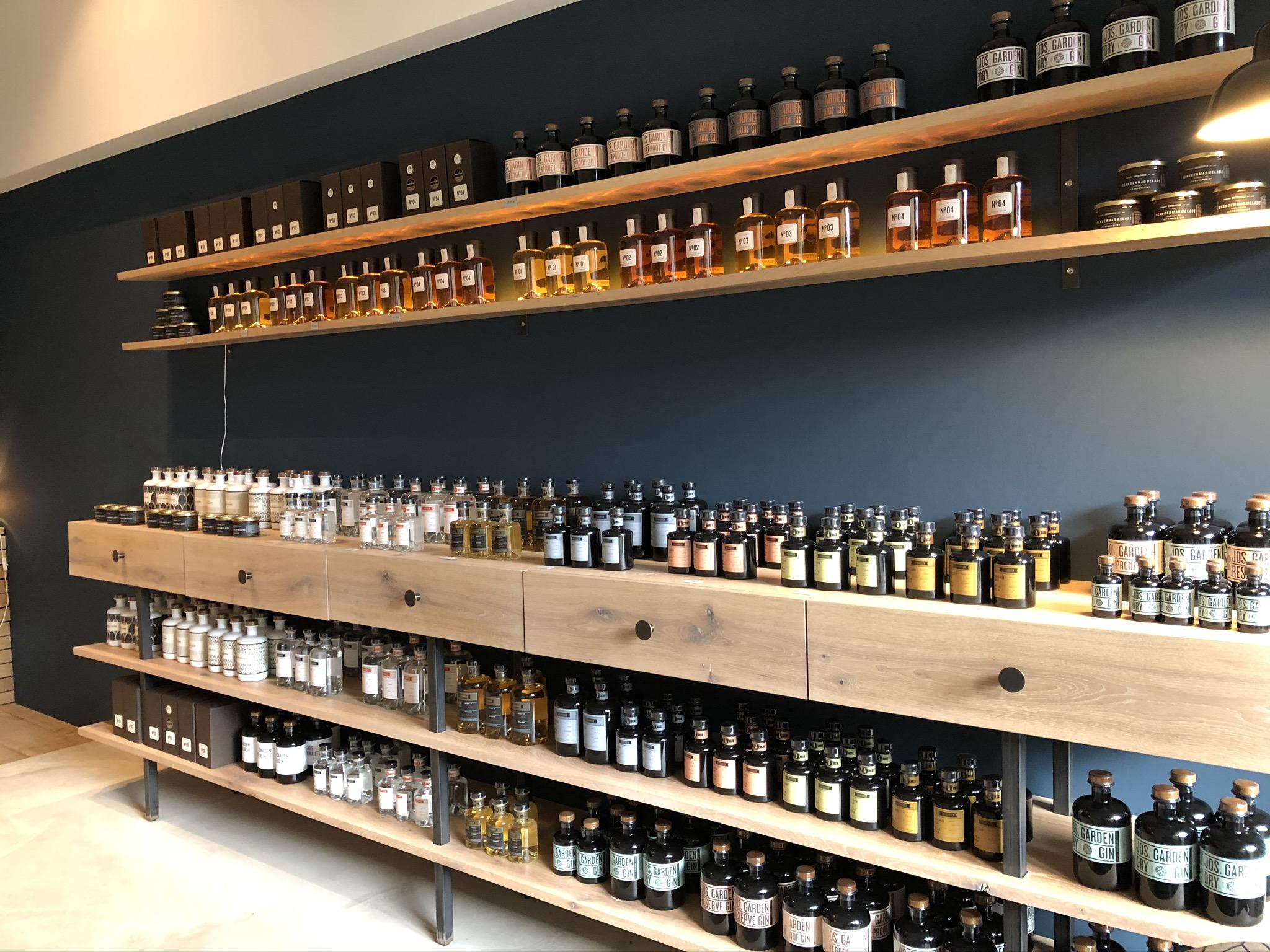 Flaschenweise Spirituosen im Shop der Kornbrennerei Ehringhausen in Werne