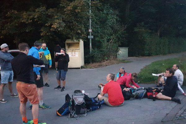 Das Bild zeigt mehrere Menschen bei einer Pause am Forsthaus Specht
