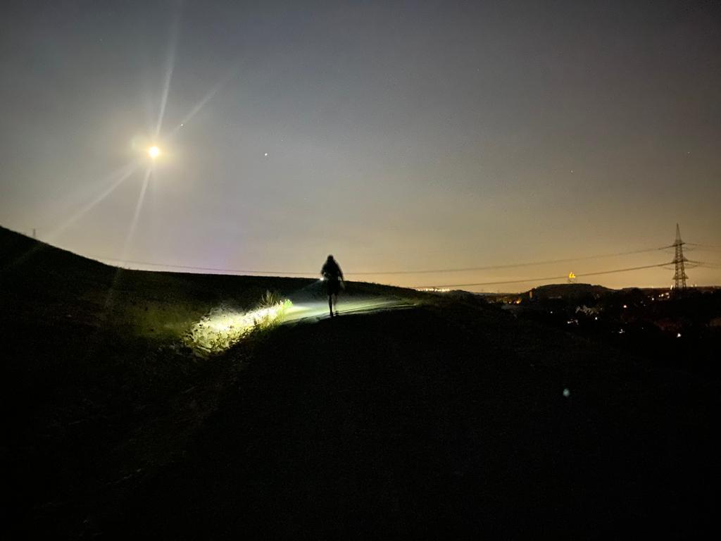 Das Bild zeigt eine Halde bei Nacht