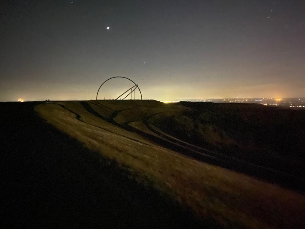 Das Bild zeigt die Halde Hoheward bei Nacht