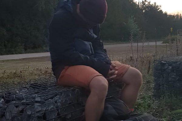 Das Bild zeigt eine im sitzen schlafende Person