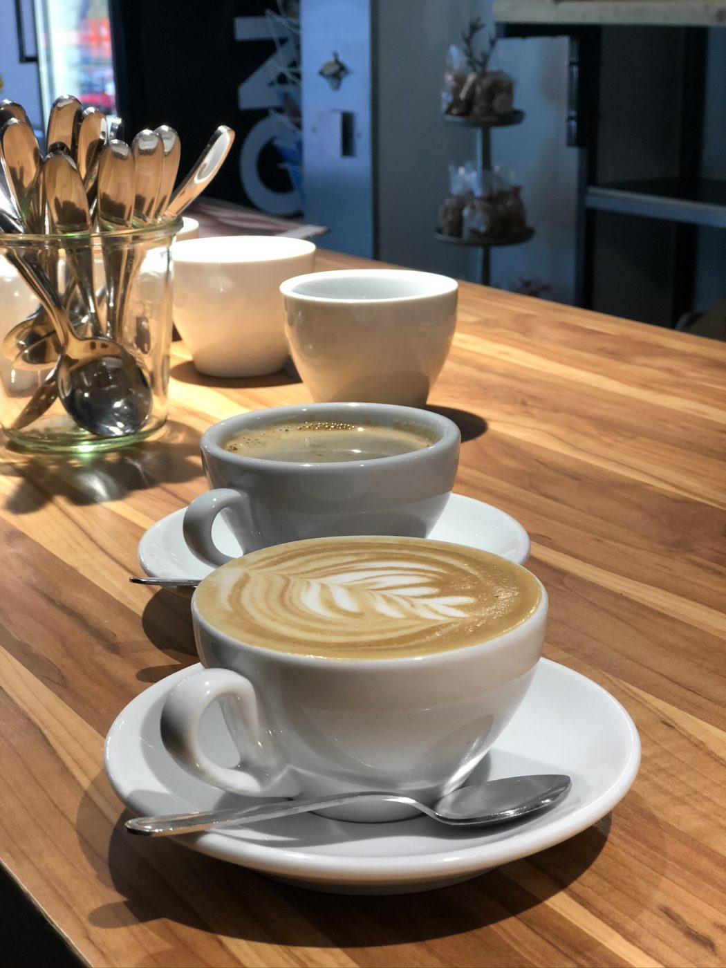 Cappuccino und Kaffee