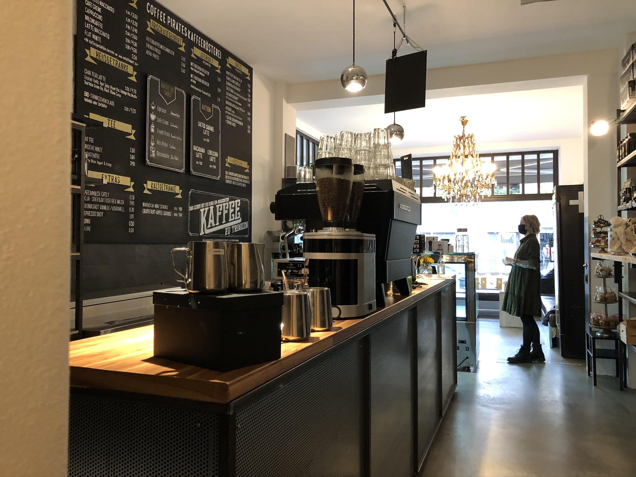 Kaffeemaschine und Kreidetafel in der Kaffeebar coffee pirates in Essen