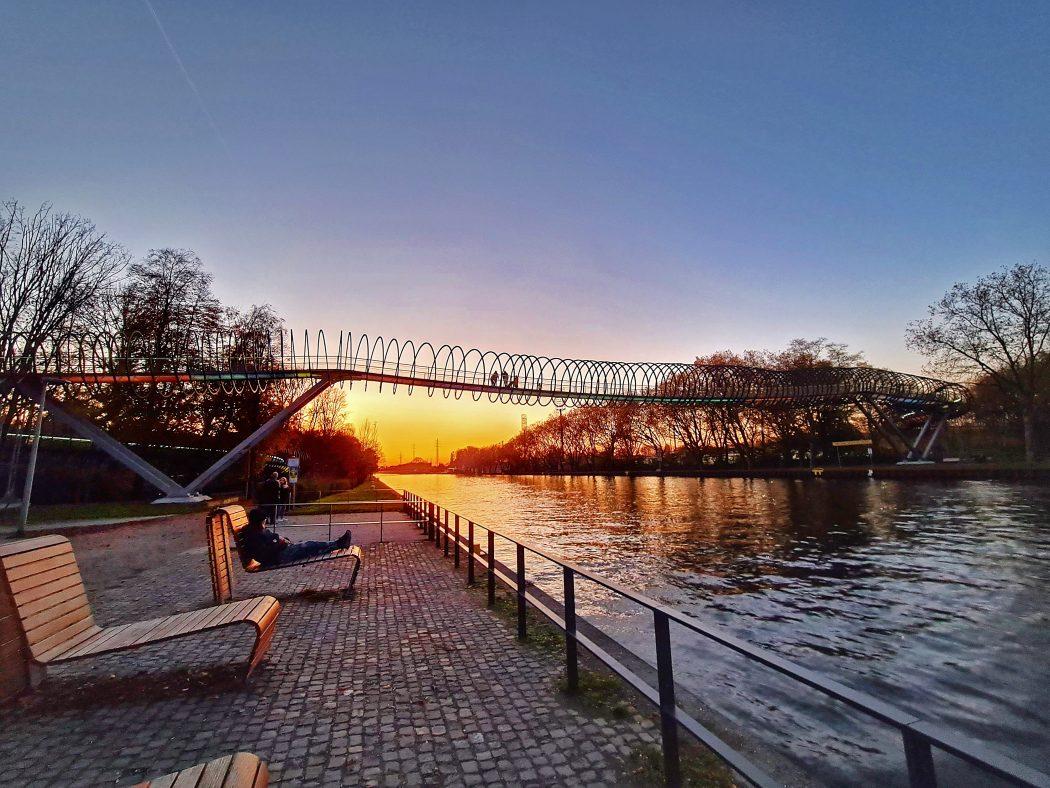 Das Foto zeigt die Brücke Slinky Springs to Fame im Sonnenuntergang
