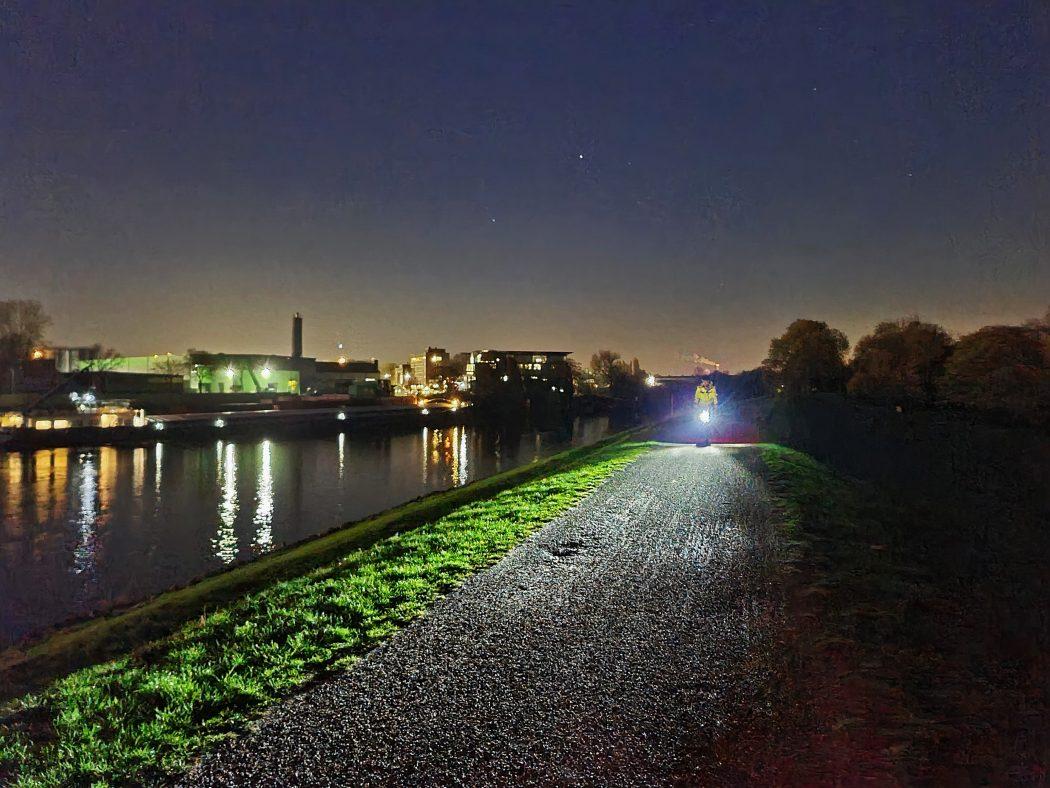 Das Foto zeigt einen Radfahrer im Dunkeln im radrevier.ruhr