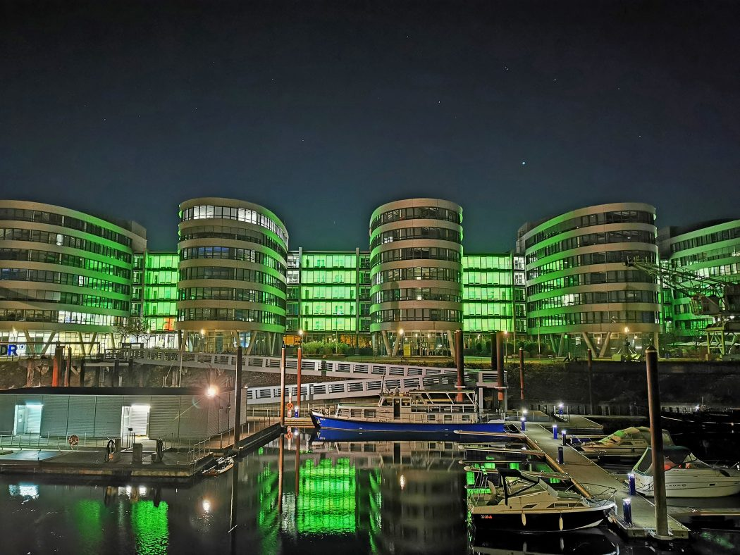Das Foto zeigt die Five Boats im Dunkeln im Innenhafen Duisburg