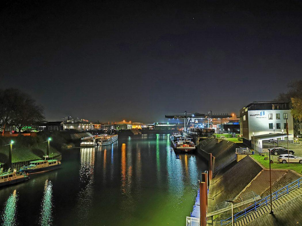 Das Foto zeigt den schön beleuchteten Containerhafen in Duisburg