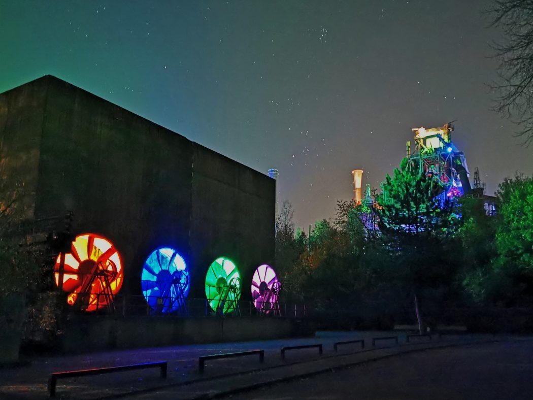 Das Foto zeigt die beleuchteten Illumination svom Lichtkünstler Jonathan Park im Landschaftspark Duisburg-Nord