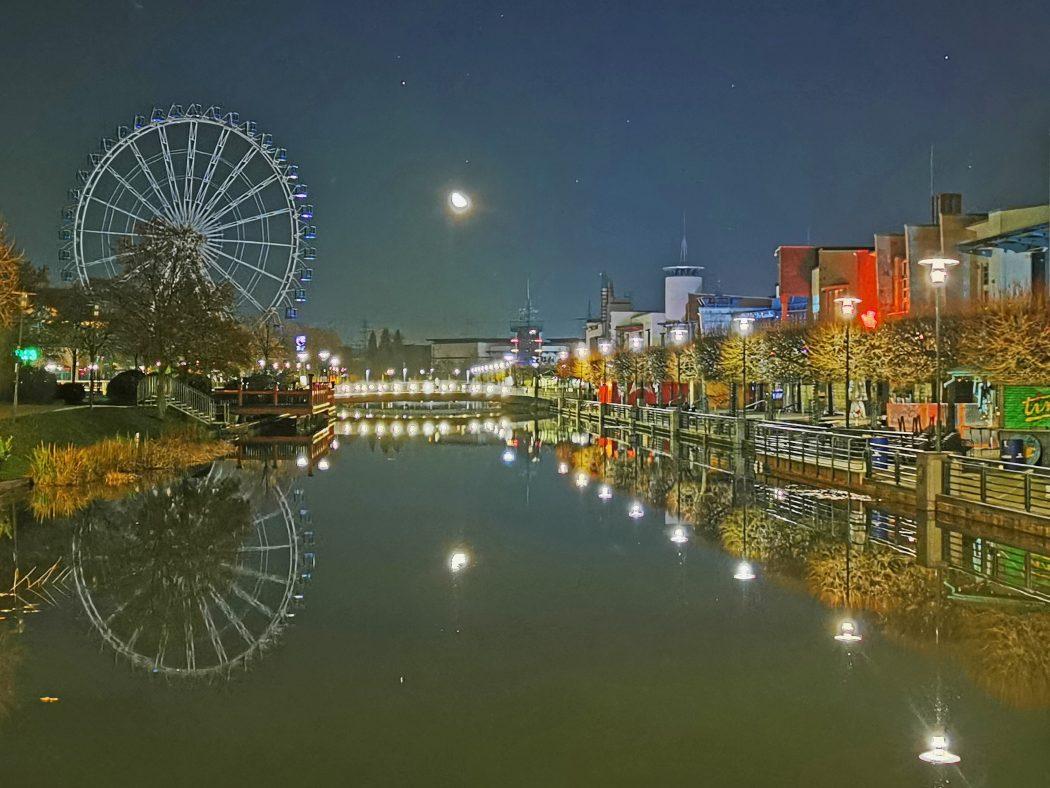 Das Foto zeigt den Mond über der Centro Promenade