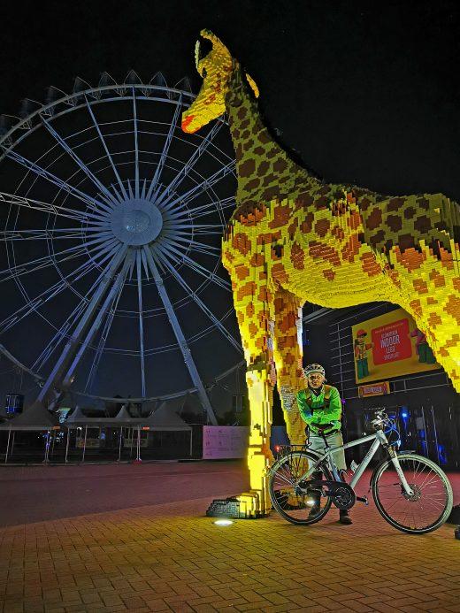 Das Foto zeigt einen Radfahrer im Dunkeln am Centro Oberhausen