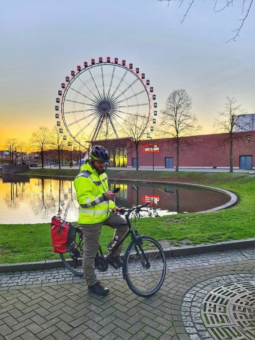 Das Foto zeigt einen Radfahrer beim Sonnenuntergang am Centro Oberhausen