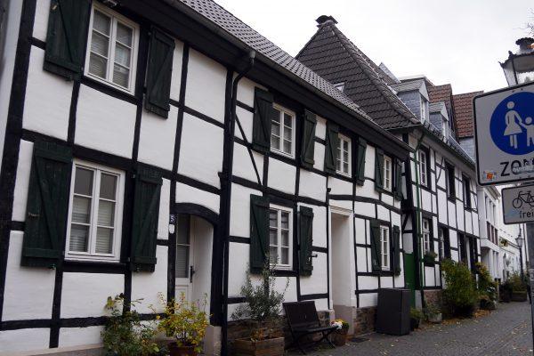 Das Foto zeigt Fachwerkhäuser in der Altstadt von Mülheim an der Ruhr