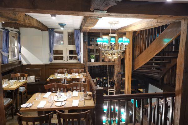 Das Foto zeigt den Gastraum des Restaurants Mausefalle in der historischen Altstadt von Mülheim an der Ruhr