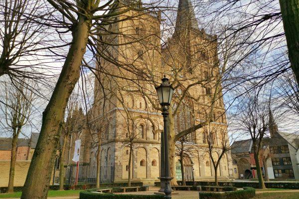 Das Foto zeigt den gotischen Dom in der Altstadt von Xanten