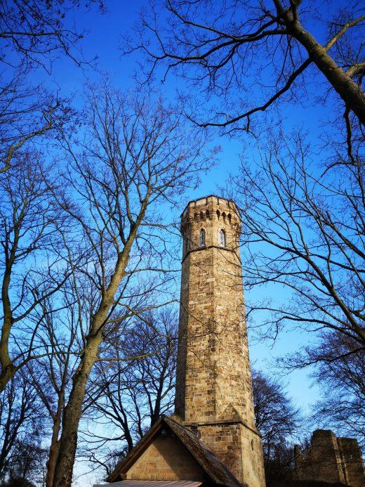 Das Bild zeigt einen historischen Turm