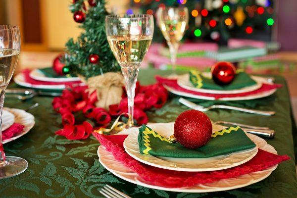 Das Bild zeigt einen weihnachtlich gedeckten Tisch