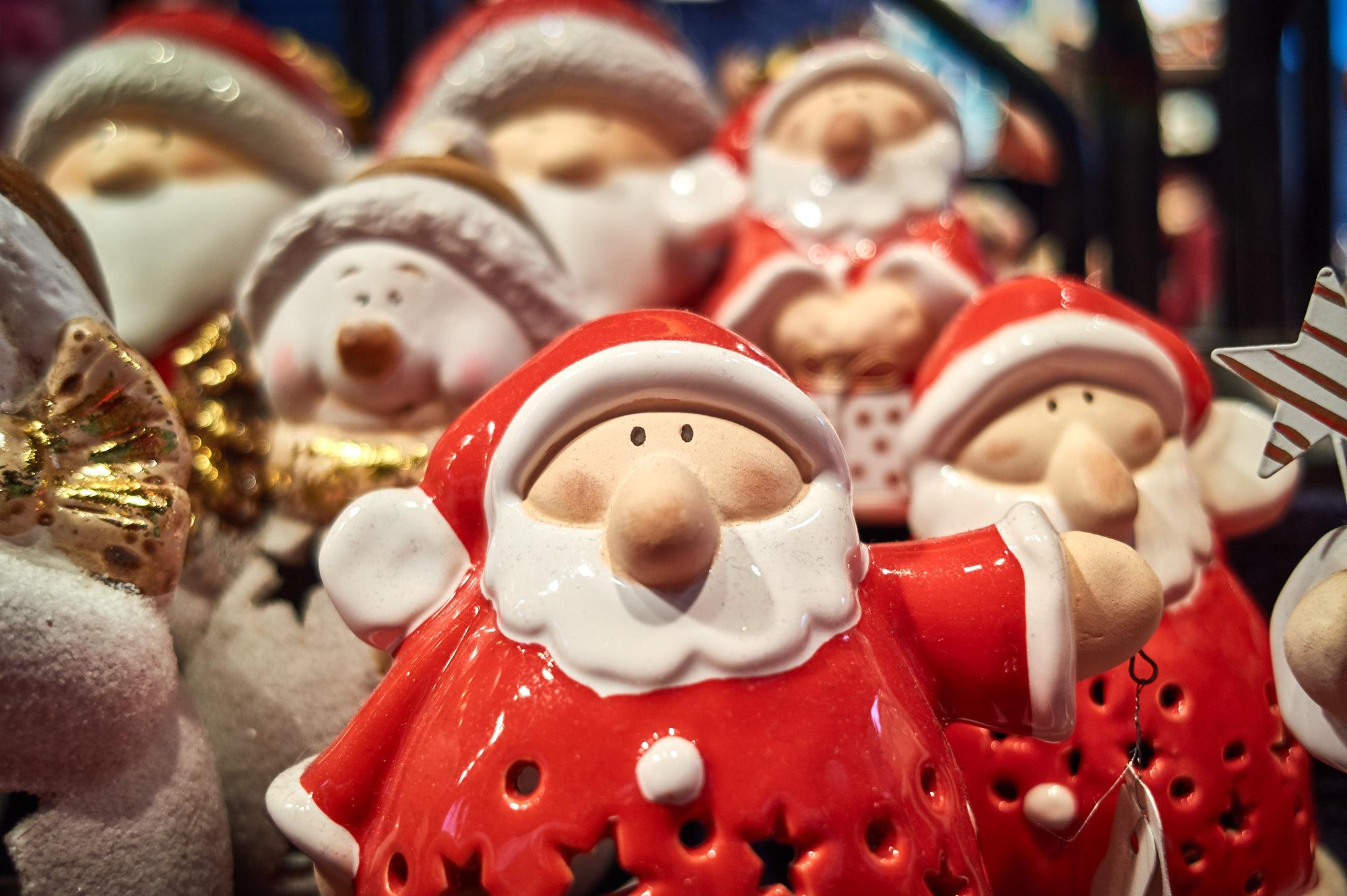 Das Bild zeigt Deko-Weinnachtsmänner auf dem Weihnachtsmarkt Recklinghausen