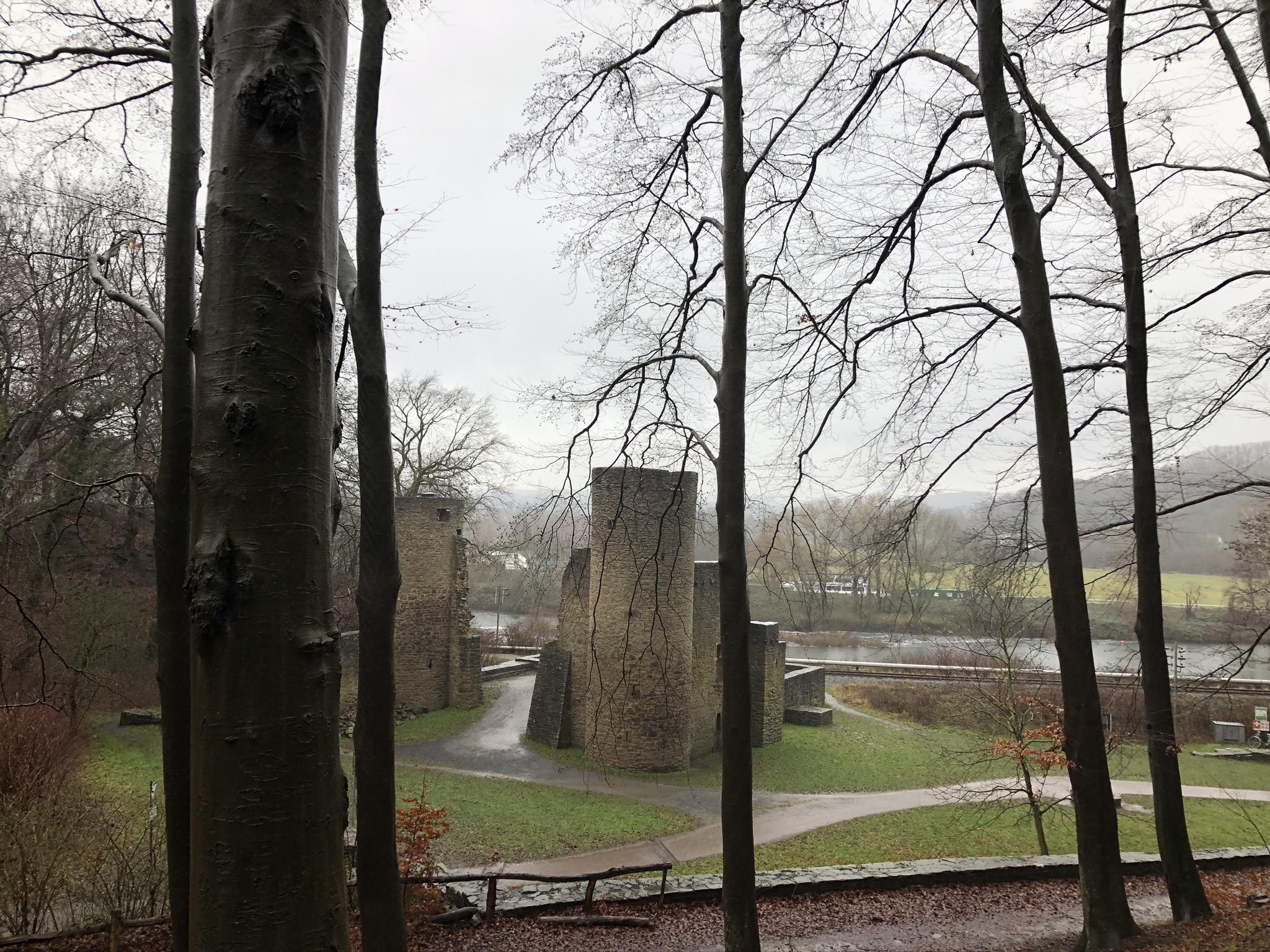 Blick aus dem Wald auf die Burgruine Hardenstein in Witten im Ruhrgebiet