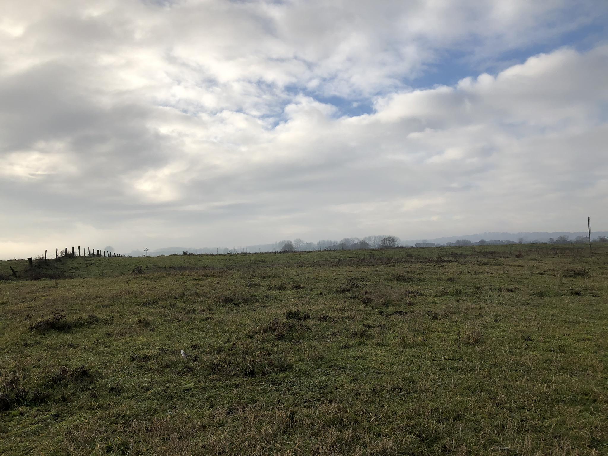 Felder und Wolkenschauspiel auf der Bislicher Insel in Xanten im Ruhrgebiet