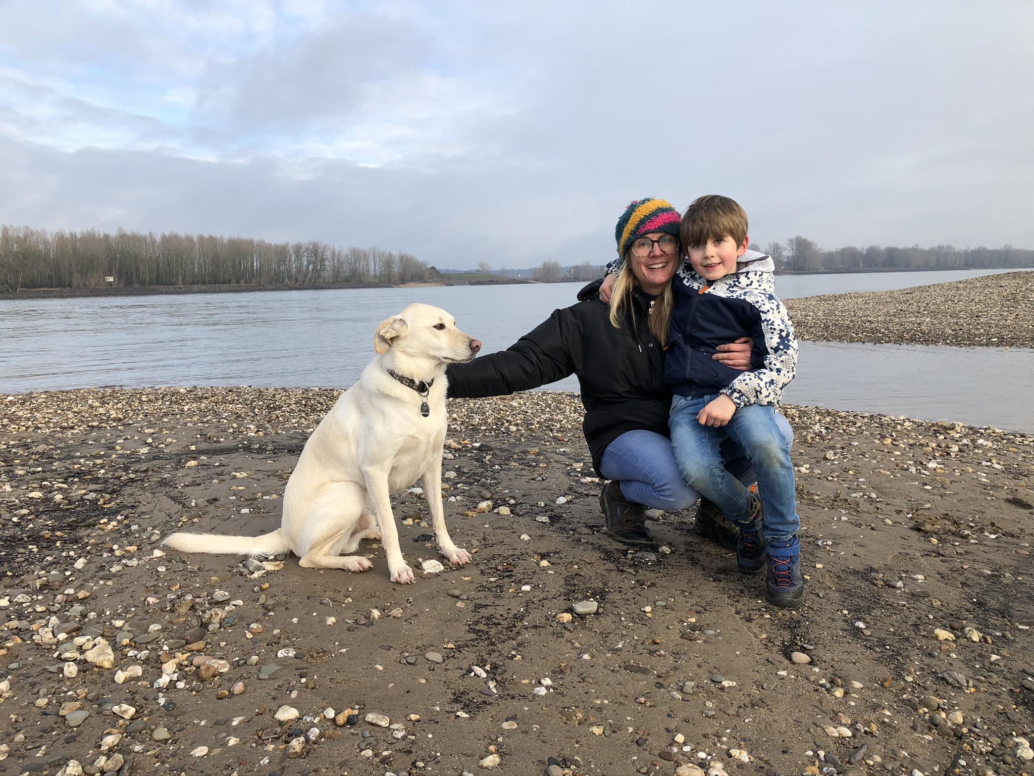 Mit Hund und Kind am Rhein bei Xanten im Ruhrgebiet