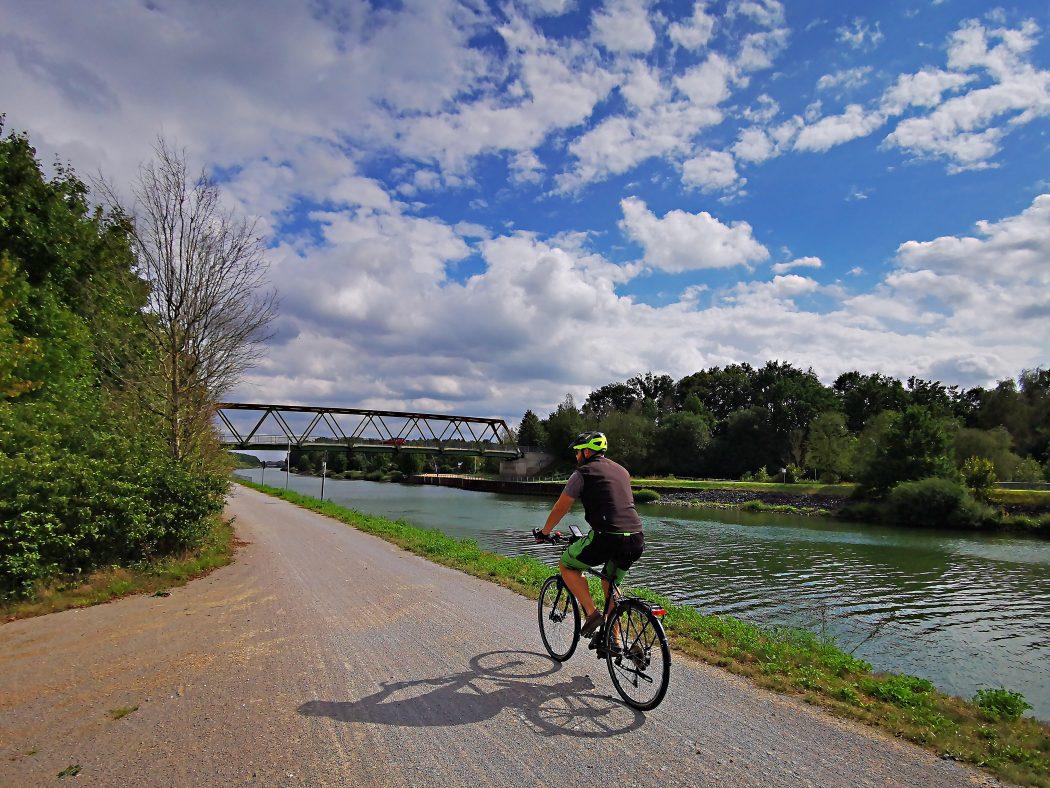 Das Foto zeigt einen Radfahrer am einem Kanal im radrevier.ruhr