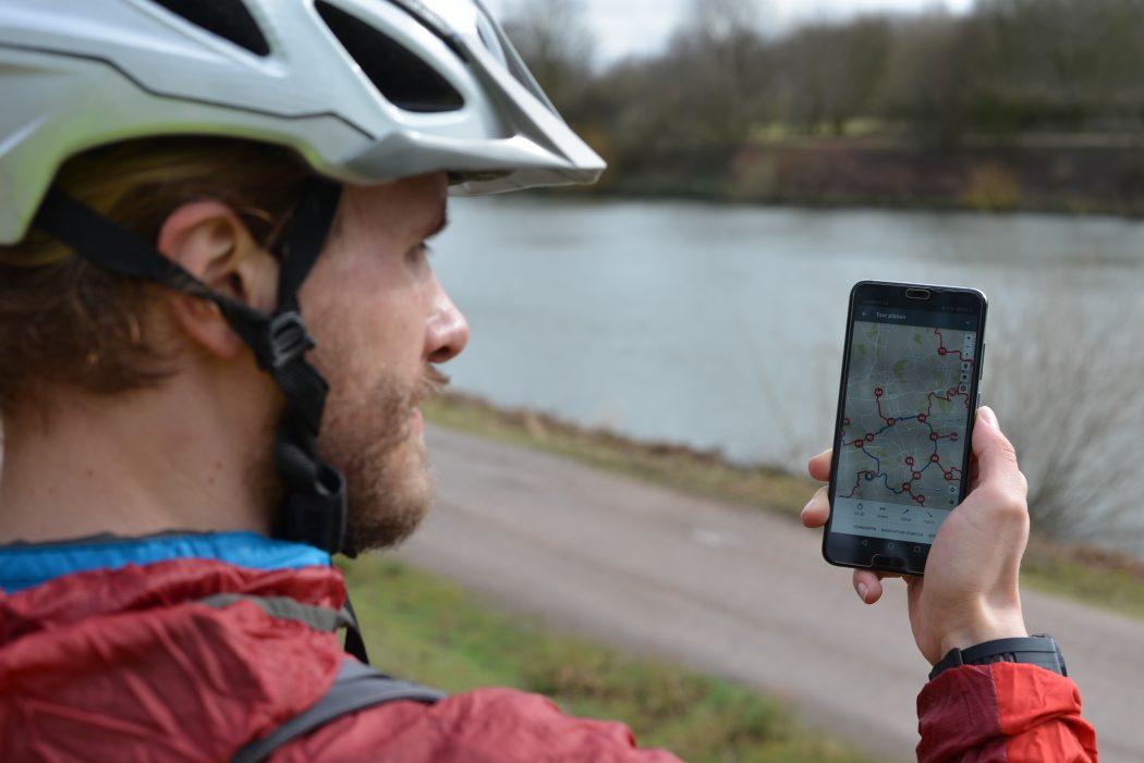 Das Foto zeigt einen Radfahrer mit dem radtourenplaner.ruhr auf seinem Handy