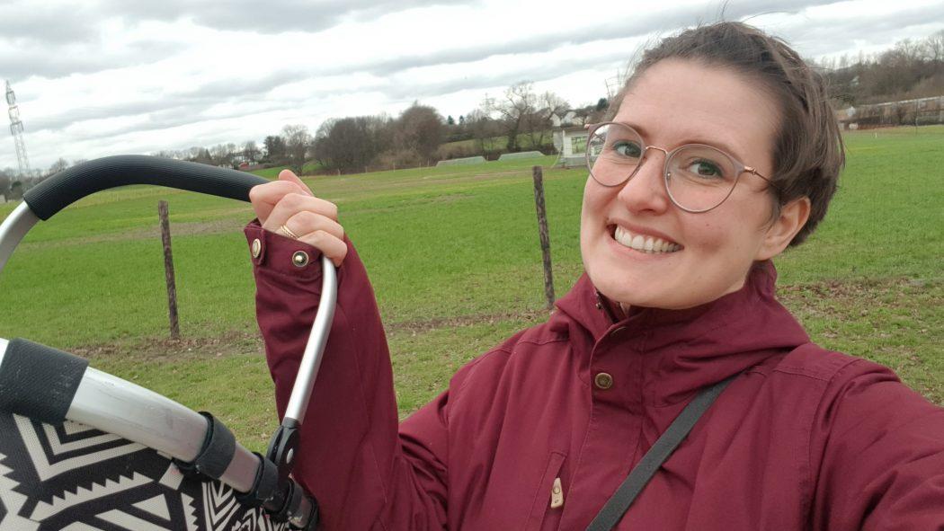 Das Foto zeigt Johanna vor ihrem Besuch der Hofläden im Ruhrgebiet