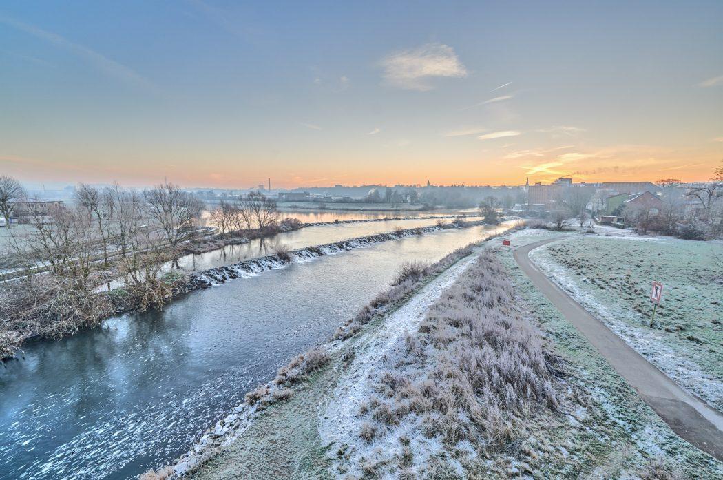 Das Foto zeigt die winterliche Ruhr in Hattingen