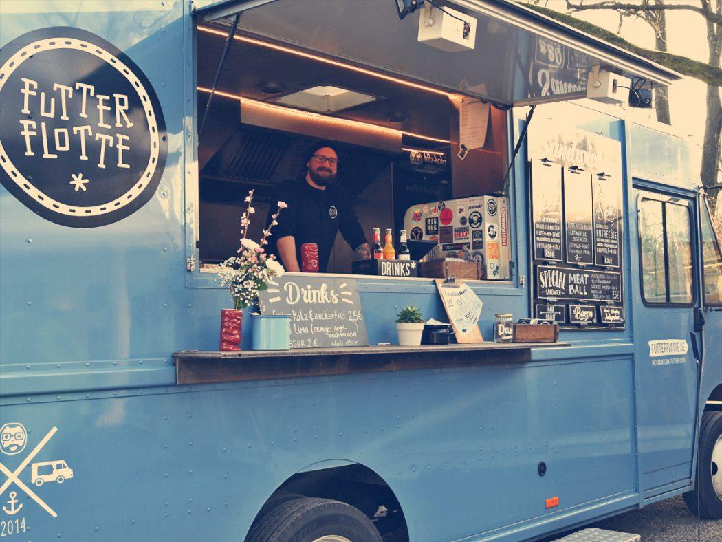 Das Foto zeigt Henrik in seinem blauen Food Truck der Futter Flotte