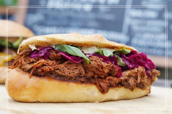 Das Foto zeigt ein Pulled Beef Sandwich des Food Trucks Futteflotte