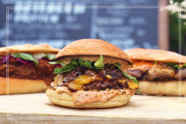 Das Foto zeigt ein Burger des Food Trucks Futteflotte