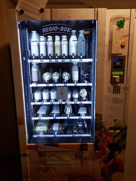 Das Foto zeigt einen Automaten mit Molkereiprodukten des Tinthofs in Voerde