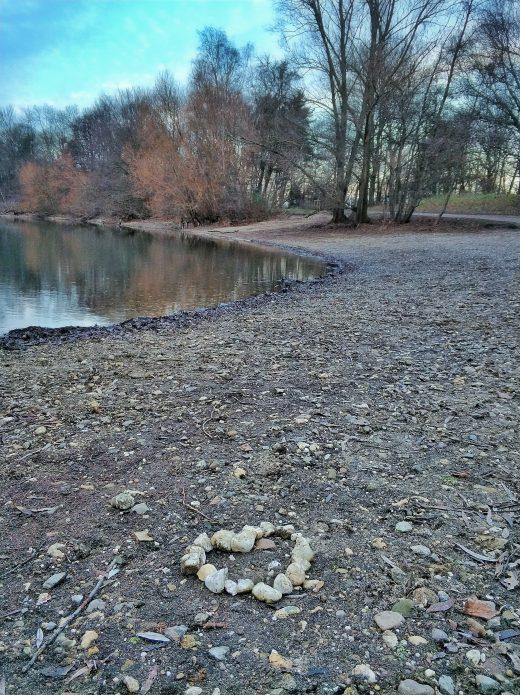 Das Foto zeigt ein Herz aus Steinen an der Sechs-Seen-Platte in Duisburg