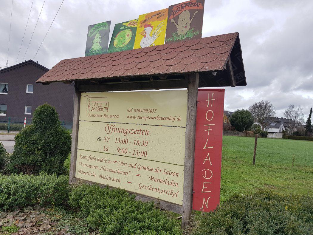 Das Foto zeigt ein Schild des Dümptener Bauernhofs in Mülheim an der Ruhr