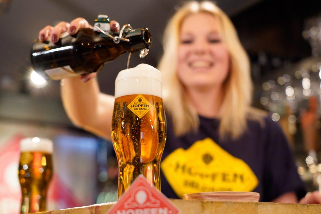 Ein Bier wird eingeschenkt beim digitalen Tasting von Hopfen sei Dank