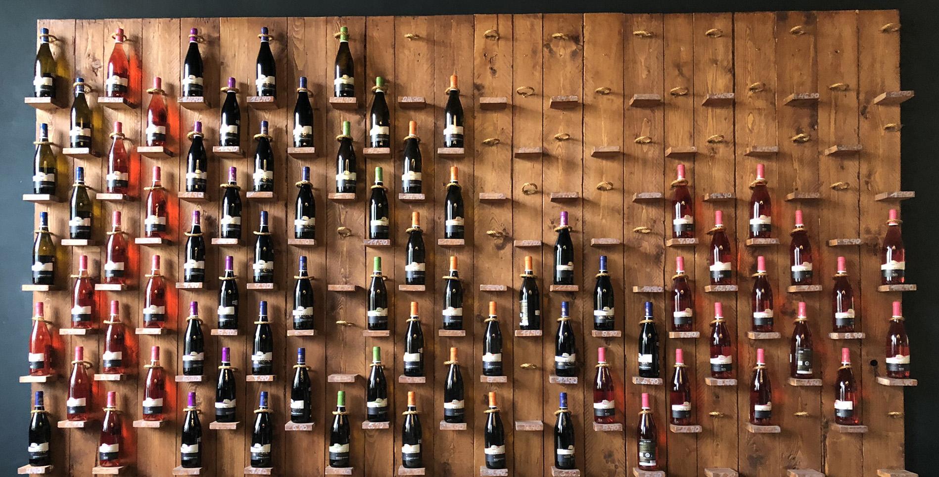 Ein Wand voller Wein bei Iulians Wein