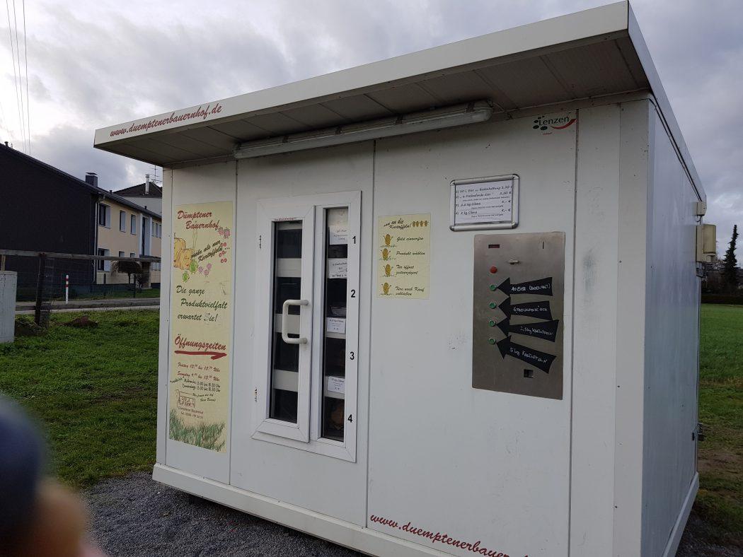 Das Foto zeigt den Kartoffel- und Eierautomat des Dümptener Bauernhofs in Mülheim an der Ruhr